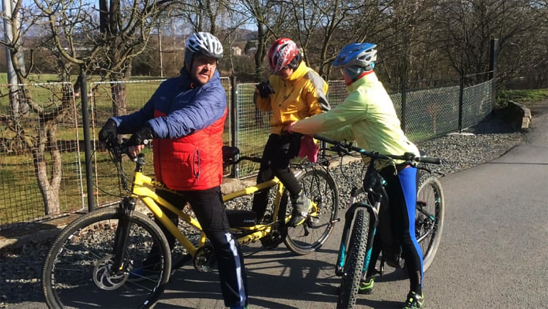 Iva s tátou na první vyjížďce na kole